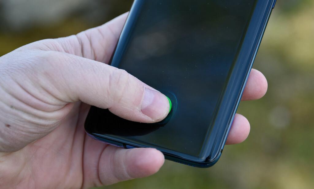 I SKJERMEN: Som mange andre toppmodeller i 2019 har også OnePlus fingeravtrykksleser bak glasset, og det er den kjappeste varianten vi har prøvd til nå. Foto: Pål Joakim Pollen