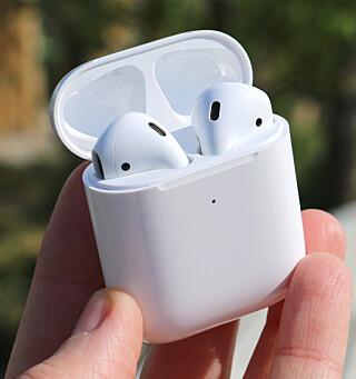 HØREAPPARAT: Da Apple lanserte iOS 12 høsten 2018 ble det mulig å bruke AirPods som høreapparat med en funksjon kalt «direktelytting». Foto: Kirsti Østvang