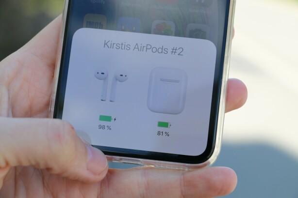 BATTERISTATUS: Når du åpner lokket på ladeetuiet, kan du få opp batteristatusen på både etuiet og øreproppene på din iPhone. Foto: Kirsti Østvang