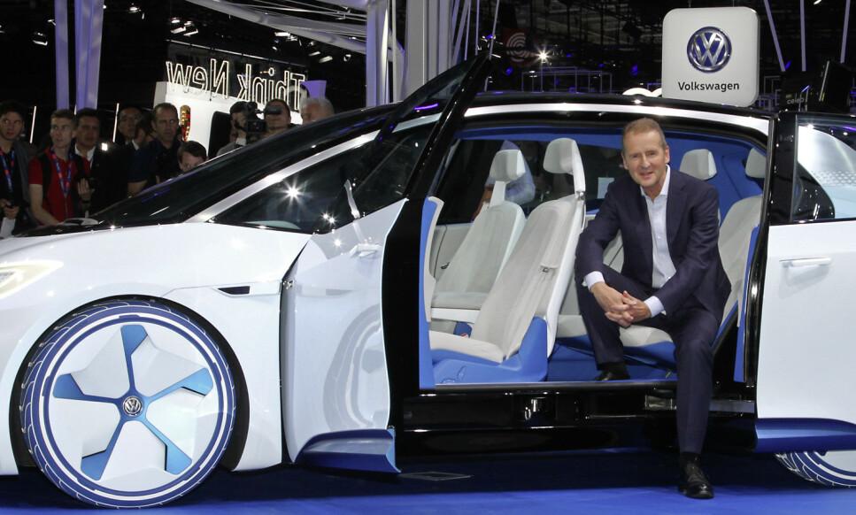 HØY PRIS: - Jeg er usikker på hvor mange kunder som kan betale prisen som blir resultatet av de nye kravene til CO2-kutt, sier VW-sjef Herbert Diess. Foto: Rune Korsvoll