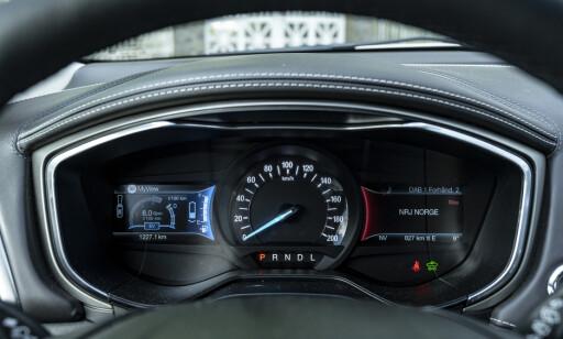 DELVIS DIGITALT: Fartsmåleren er analogt. På hver side finner du et digitat display med alt av kjøreinformasjon og infotainment. Dessverre er grafikken små og utydlig. Foto: Jamieson Pothecary