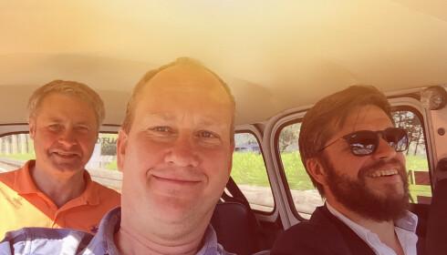 <strong>LIKE BLIDE:</strong> Undertegnede (i midten) , Austin  Healy-eier Henning (bak) og skap R4-elsker Richard (høyre) fikk gode 45 timer i den trange og tungpustede Renaulten. Foto: Rune M. Nesheim