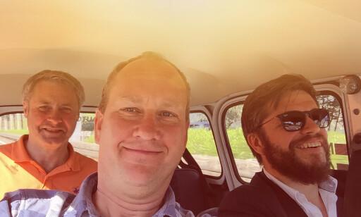 LIKE BLIDE: Undertegnede (i midten) , Austin  Healy-eier Henning (bak) og skap R4-elsker Richard (høyre) fikk gode 45 timer i den trange og tungpustede Renaulten. Foto: Rune M. Nesheim