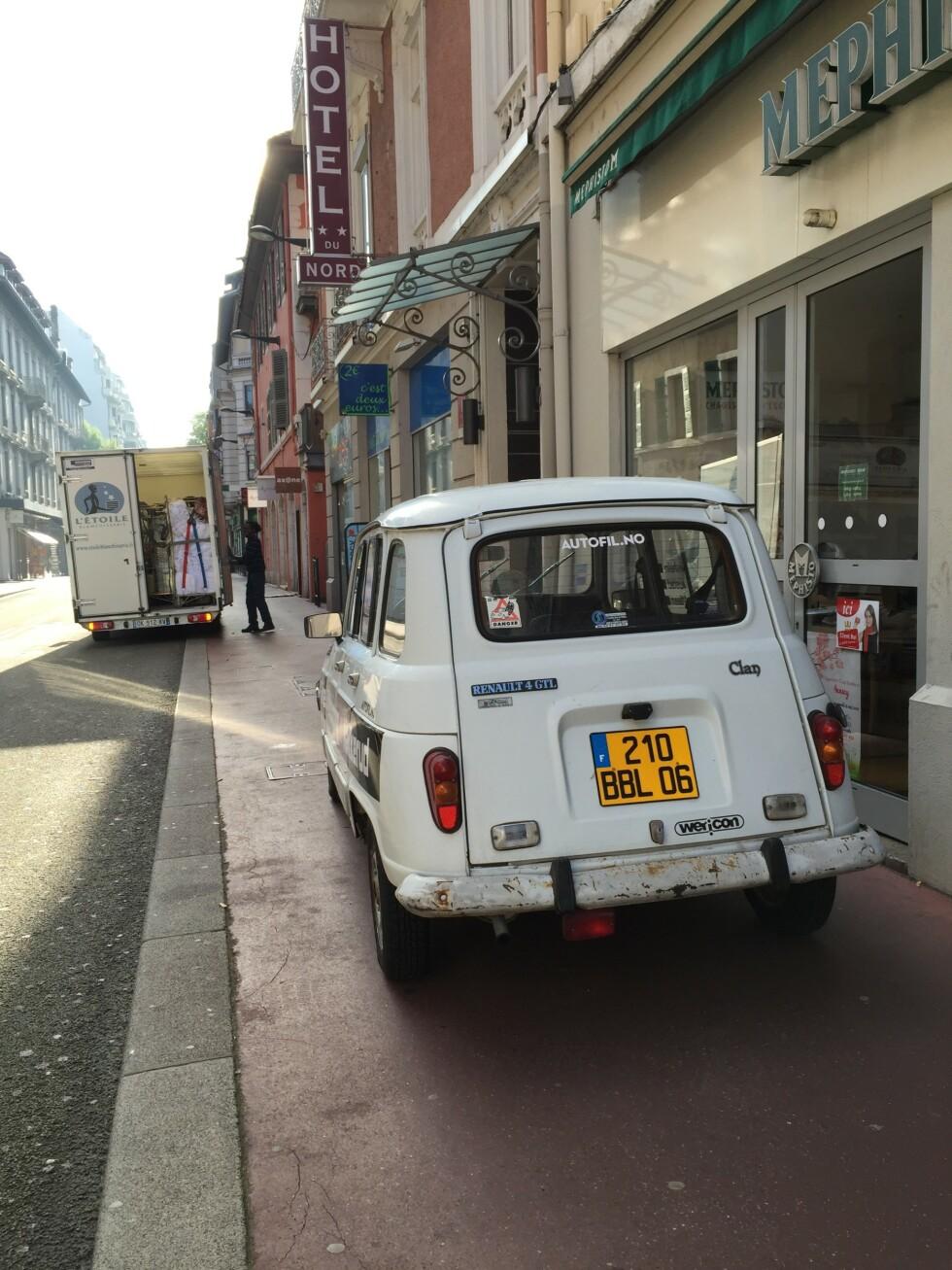 <strong>PÅ GATE:</strong> R4 kledelig parkert utenfor vårt luksushotell i Annecy.