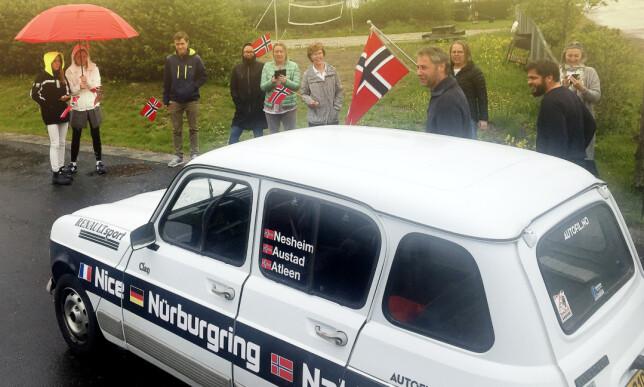 HJERTELIG HJEMKOMST: Mange hadde fulgt oss på sosiale medier og var på plass da vi ankom Nakkerud. Foto: Rune M. Nesheim