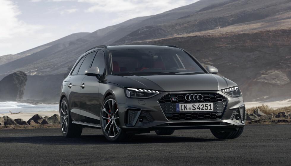 SKJERPET: Det er den allerede fire år gamle nyeste generasjonen A4 som denne gangen får nyte godt av det Audi tillater seg å kalle sitt «nye designspråk». Nytt av året er full LED-hovedlys og en del designarbeid, blant annet med en diskret, men senket skulderlinje. Bildet viser en S4 Avant. Foto: Audi
