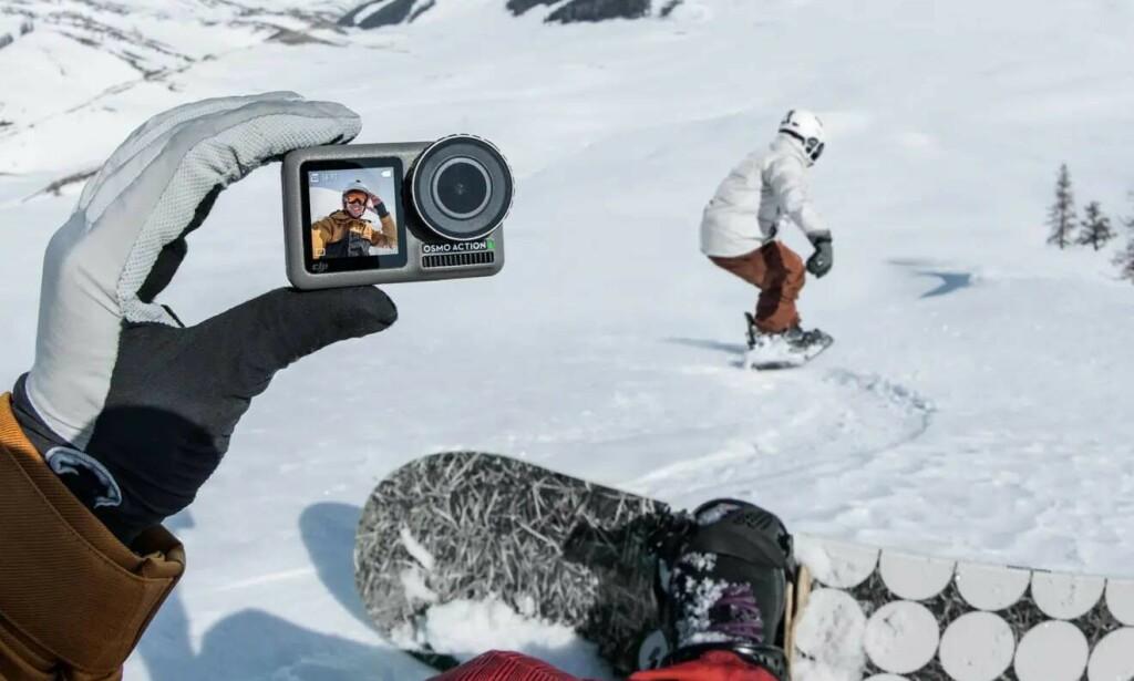 TO SKJERMER: Med en liten skjerm foran trenger du ikke mobiltelefonen for å sjekke at utsnittet ser riktig ut. Foto: DJI