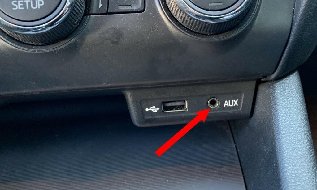 AUX: Lydinngang finnes i mange bilradioer, både med og uten Bluetooth-støtte. Foto: Bjørn Eirik Loftås