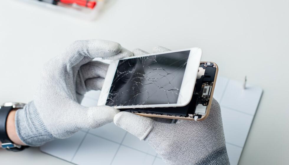 <strong>KOSTBART:</strong> En knust mobilskjerm kan fort bli dyr å reparere. Foto: Shutterstock / NTB Scanpix