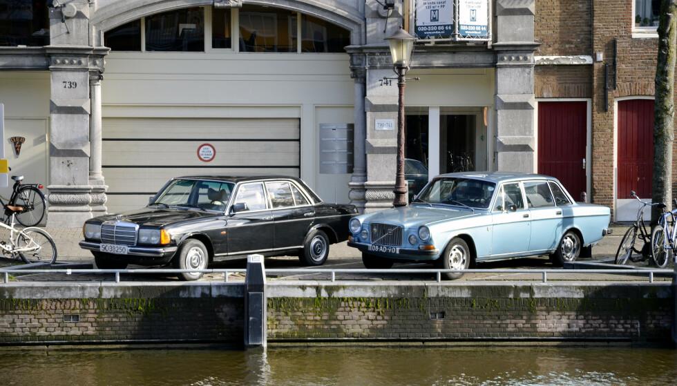 AMSTERDAM: Her står vår bil ved siden av en annen herlig veteran-sedan. Volvo 164. Foto: Stein Inge Stølen.