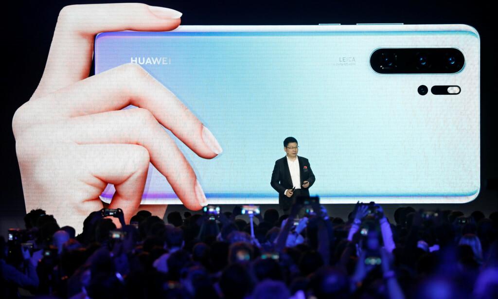 POPULÆR MOBIL: Huaweis nyeste mobil, P30 Pro, går for å være kanskje den beste smarttelefonen på markedet nå. Her viser Huawei-sjef Richard Yu den frem på lanseringen i Paris i mars. Foto: Charles Platiau/Reuters/NTB Scanpix