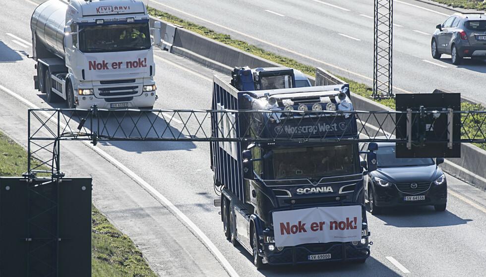 <strong>SÅ MYE BRUKTE VI I 2018:</strong> Inntektene til bompengeselskapene var på 11 milliarder kroner i 2018, skal vi tro de foreløpige tallene fra Statens vegvesen. Bildet er fra aksjonen mot bompenger i Bergen, i april i år. Foto: NTB Scanpix