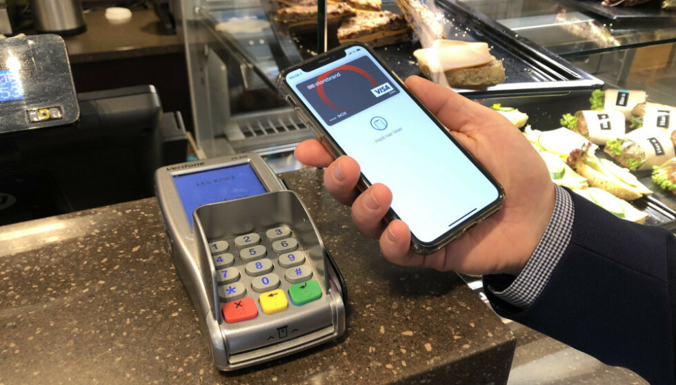 APPLE PAY: Nå kan Storebrand-kunder tæppe med Apple Watch og iPhone. Foto: Storebrand