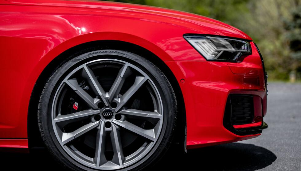 KARBON: Du kan kjøpe karbon-keramiske bremser, men det virker litt overkill. Foto: Audi