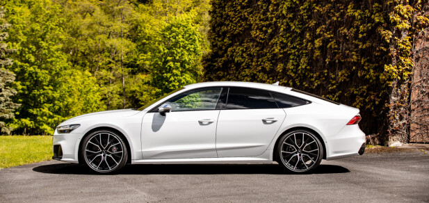 FREKK: Om ikke motoren alene er argument nok for å kjøpe S7, gjør stylingen det siste lille for å gjøre den så sporty som den bør være ... før RS7 kommer med betraktelig bredere skjermer og ennå drøyere detaljer. Foto: Audi