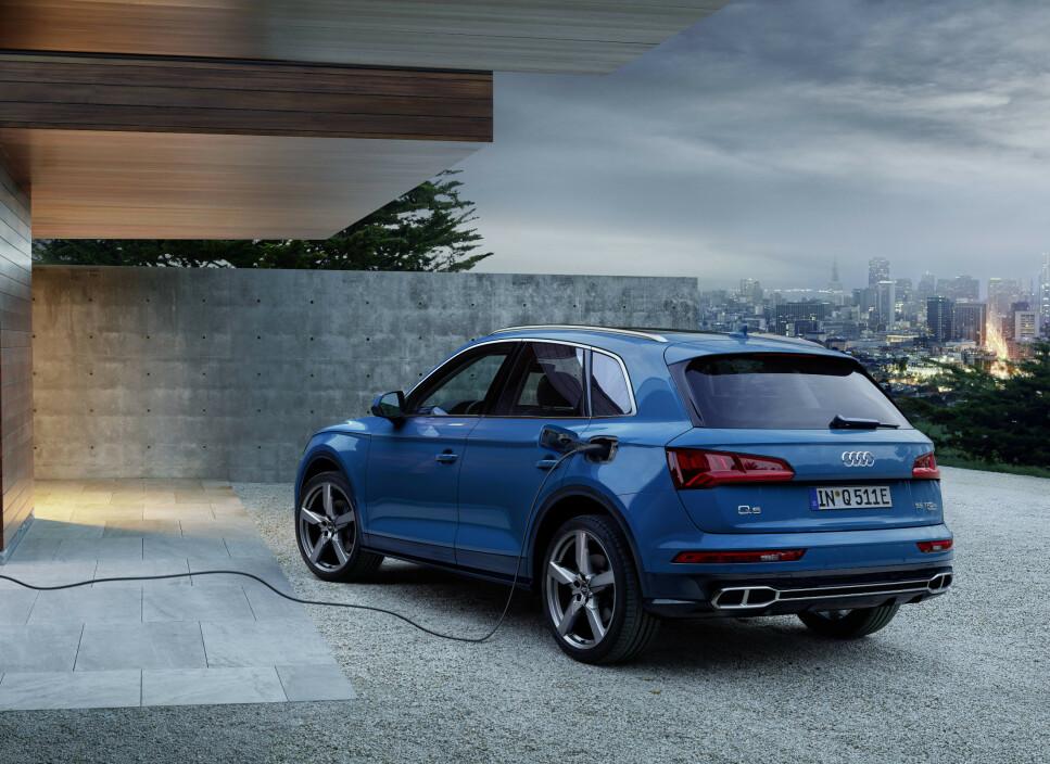 LADEKABEL OG EKSOSRØR: Som ladbar hybrid kan den smått selgende mellomklasse-SUV-en til Audi få en tiltrengt boost her i landet. Q5 generasjon 2 ble lansert i 2016 og i 2018 ble det bare registrert 247 stykker (Volvo XC60: 3687 biler). Men nå innvier Audi, med denne Q5 55 TFSI e quattro, en ny generasjon plug-in hybrid drivlinje. Den kommer det flere varianter av fremover. Foto: Audi AG