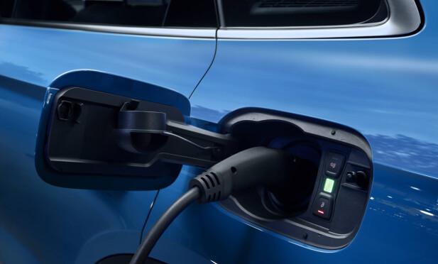 VENSTRE BAK: Ladeporten på Q5 55 TFSI e sitter på venstre bakskjerm - på motsatt side av tanklokket. Foto: Audi AG