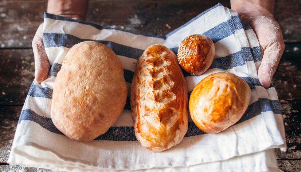 FERSKT BRØD: Legger du et kjøkkenhåndkle i bunnen av en brødboks av metall, vil det holde seg deilig og ferskt over lang tid, ifølge matblogger og kokebok-forfatter Marit Røttingsnes Westlie. Foto: NTB Scanpix.