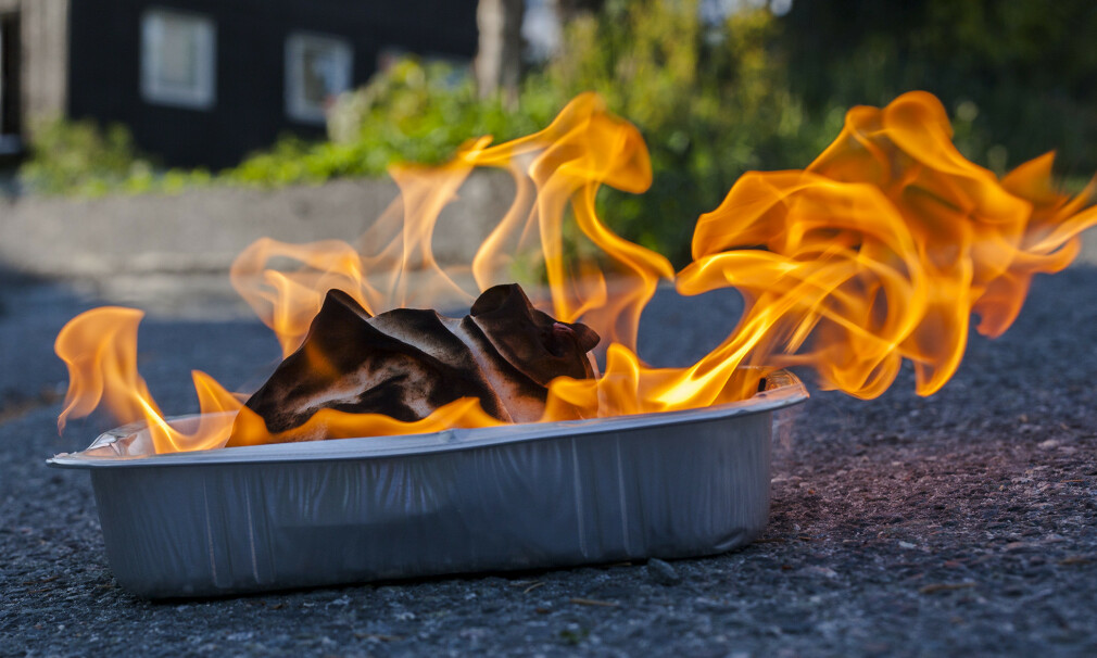 BRENN OPP SELV: Er det oljevåte kluter samlet opp etter oppussingsarbeid eller lignende hjemme hos deg? Da bør du brenne dem opp under kontrollerte forhold før de brenner opp selv. Det er nemlig slik at flere oljer er selvantennende. Foto: If.