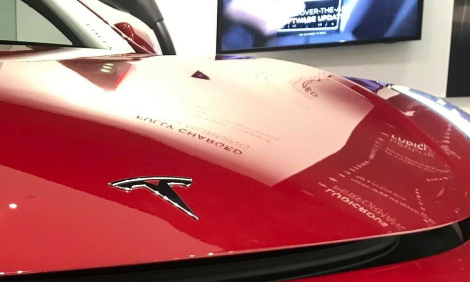 HAR INGEN TRO PÅ NULLUTSLIPP: Finansdepartementet peker på et mål om 75 prosent elbiler innen 2030, mens merkebilforhandlerne og folket er meget skeptiske til 2025-målet til politikerne. Dette til tross for at populære elbiler som Tesla har satt rekorder i Norge. Foto: Øystein B. Fossum