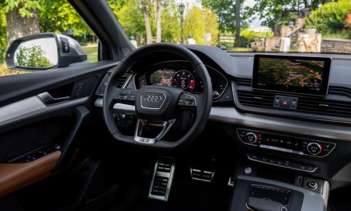 SPORTSDISPLAY: Det er ikke mye som skiller interiøret fra en ordinær Q5, men man finner S-logoer i dørterskler, ratt og sportsstoler. Generelt er S-Line-utstyret man betaler ekstra, men her er det standard. Foto: Audi