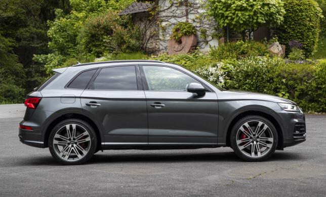 SPORTY: SQ5 har akkurat nok attributter til å løfte den i sporty retning, men Audi har ikke tatt helt av. Foto: Audi