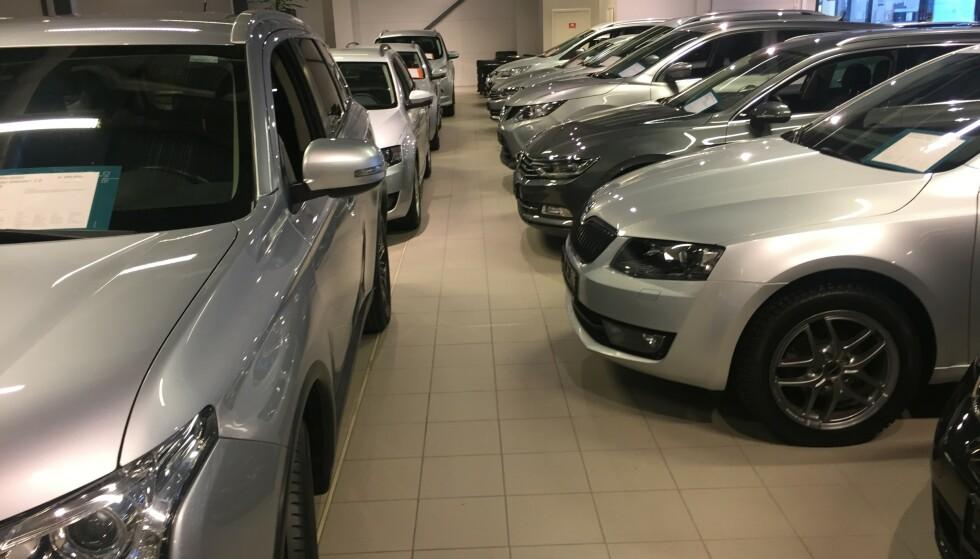 BLANKE OG FINE: I butikken ser alle bilene blanke og fine ut, men du bør få med en garanti i kontrakten, selv om bilen er godt brukt. Foto: Rune Korsvoll