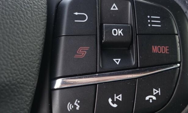 HURTIGTAST: Kjøremodus er flyttet opp på rattet og Sport-programmet har fått en egen knapp. Det kan vi like. Foto: Rune M. Nesheim