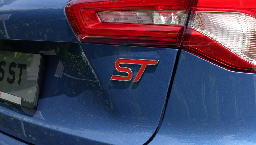 SER RØDT: Du må neste nse på Logoene for å kjenne igjen ST utvendig. Men så ser Focus bra ut allerede da. Foto: Rune M. Nesheim