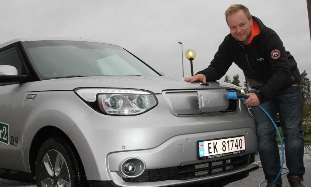BILLIG Å KJØRE: – Med de pris- og utstyrs-kampanjene som kjøres i dag, har det aldri vært billigere å kjøpe og kjøre elbil, sier daglig leder Thorolf Rudolfsen i Bilsenteret R2 på Romerike. Foto: Rune Korsvoll