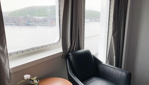 Store vinduer gir mye lys og lite klaustrofobi. Foto: Kristin Sørdal