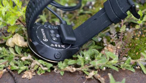 Laderen har kraftige magneter og sitter godt festet til klokken. Foto: Martin Kynningsrud Størbu