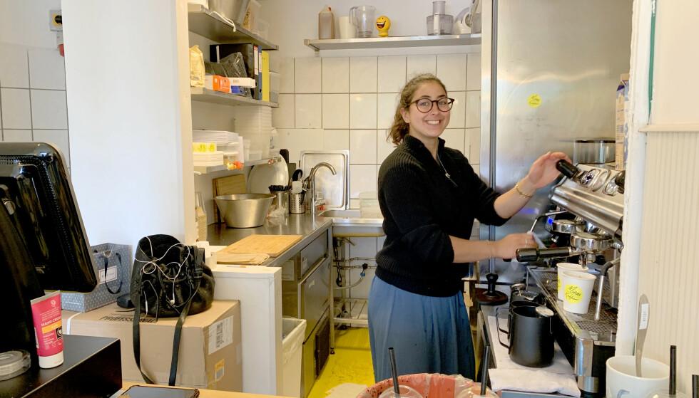 HOS MINA KOSTER ALT 15 KRONER: Mina Lewis driver Minas Kaffebar på Nørrebro. Der koster ALT 15 kroner; smørbrød, kaker, kaffe, Cola, juice, iste ... Foto: Kristin Sørdal