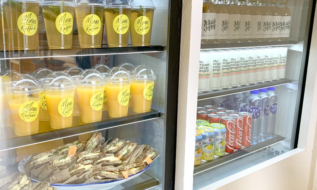 JEPP, ALT KOSTER 15 KRONER: All drikke og mat koster det samme hos Minas Kaffebar. Foto: Kristin Sørdal