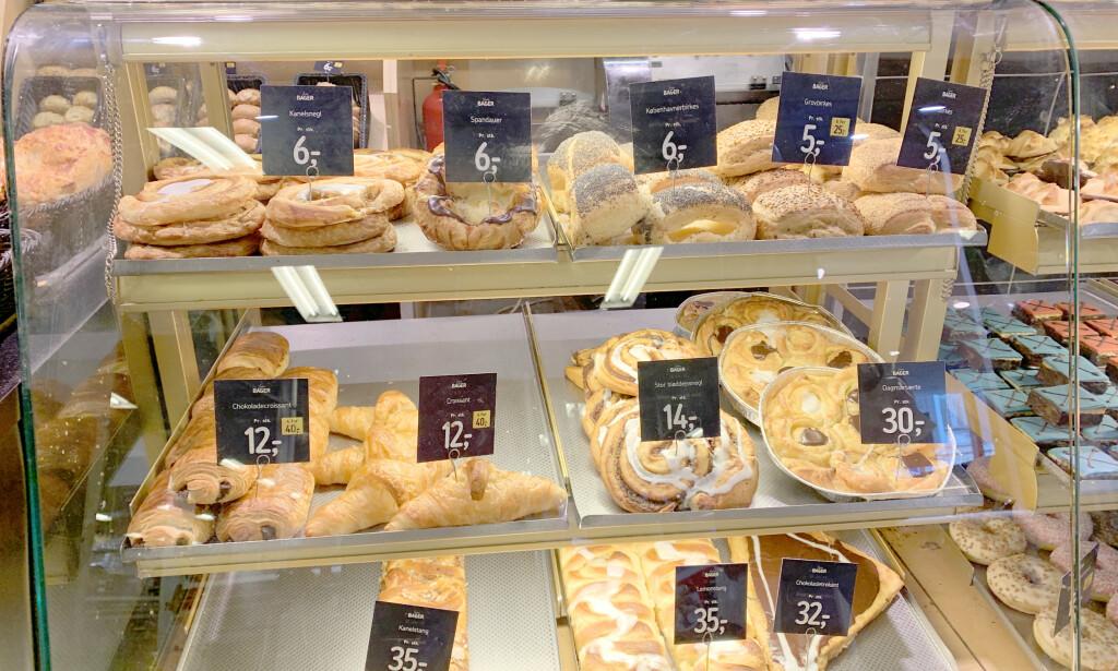 FØTEX-KAFÈEN: I kaféen hos dagligvarebutikken Føtex kan du også få billig kafémat: Smørbrød til 10 danske kroner og kaffebrød til ned i 6 kroner. Ta det med ut i parken og nyt solen! Foto: Kristin Sørdal