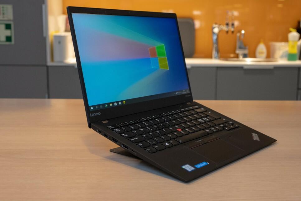 NESTEN USYNLIG: Vi ble raskt imponert over den lille, men hendige laptopstøtten MOFT: Foto: Martin Kynningsrud Størbu