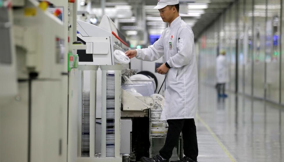 PRODUKSJONSSTANS: Kinesisk avis melder at Huawei har stanset flere produksjonslinjer. Foto: Jason Lee/Reuters