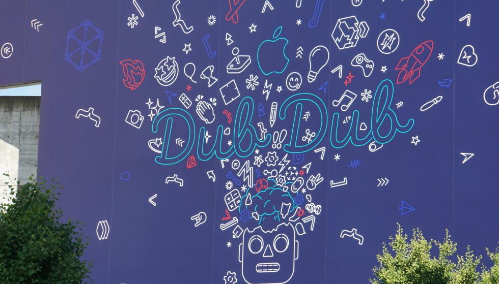 KALLENAVNET: Konferansesenteret hvor årets WWDC går av stabelen er dekorert med store plakater som trolig hinter om noe av det som blir vist frem i kveld. «Dub dub» er kallenavnet for utviklermessa blant deltakerne. Foto: Christoph Dernbach/DPA/NTB Scanpix