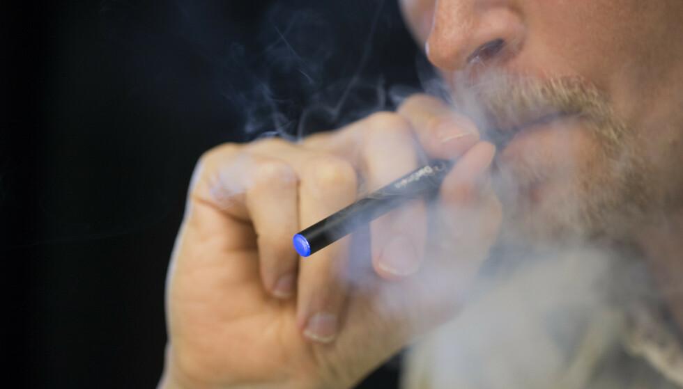 <strong>KAN VÆRE SKADELIG:</strong> Forskere mener at væske brukt i e-sigaretter kan skade hjerteceller. Foto: Berit Roald/NTB scanpix