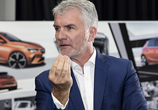 OPEL-DNA: - Det er viktig for oss å bevare Opels særpreg, selv om vi bygger bilen på samme plattform som Peugeot og Citroën bruker, sier designsjef Mark Adams. Foto: Martin Golka