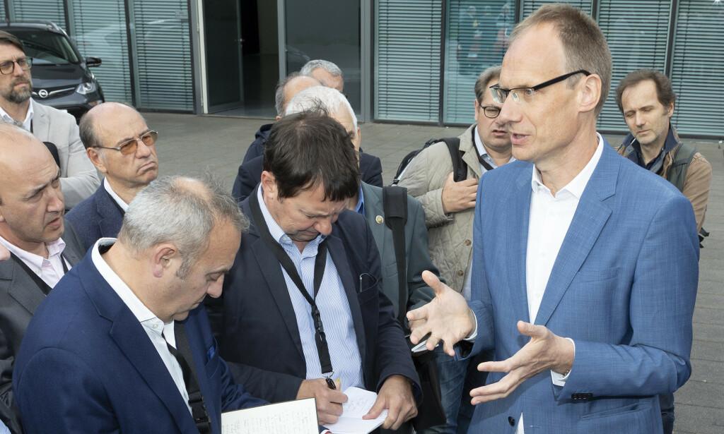 NOK BILER: - Corsa-e bygges på den samme produksjonslinjen som øvrige Corsa-modeller. Vi har full fleksibilitet og får nok batterier til å levere biler til alle som vil ha, sier Opel-sjef Michael Lohscheller til Dinside. Foto: Martin Golka.