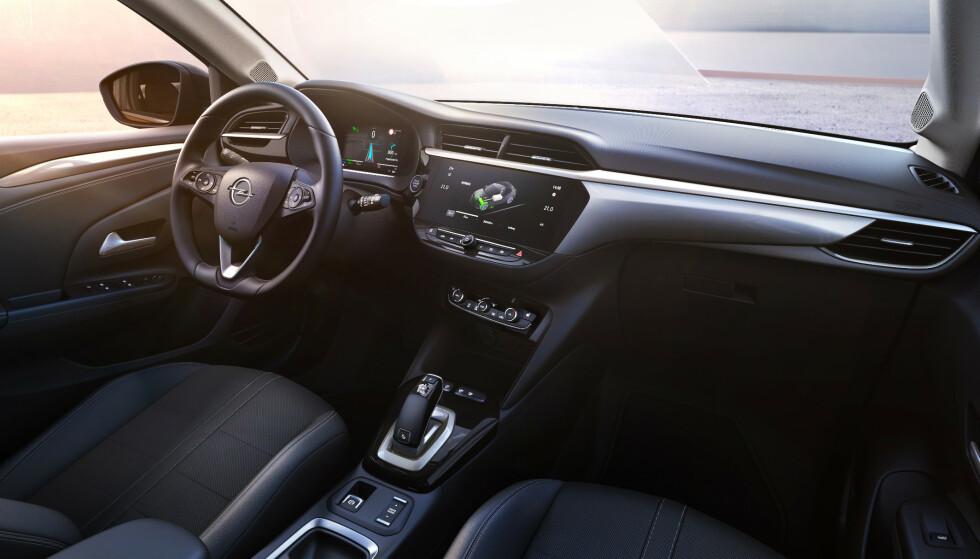 IKKE ALT DIGITALT: Interiøret preges av en stor berøringsskjerm midt på dashbordet, men Opel har valgt å beholde harde knapper til de funksjonene du bruker mest - som justering av varme og ventilasjon. Foto: Martin Golka.