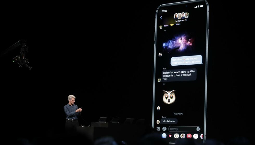 MØRK MODUS: Slik ser iOS 13 med det nye mørke brukergrensesnittet. Foto: Jeff Chiu/AP Photo/NTB Scanpix