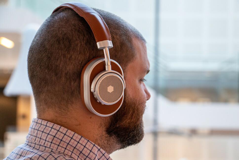 IKKE SOM DE ANDRE: Master & Dynamic MW65 er selskapets første trådløse hodetelefoner med støydemping og byr på en design helt utenom det vanlige. Foto: Pål Joakim Pollen