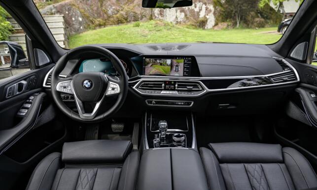 EKSTRA ALT: BMW har lagt seg et sted midt mellom sterile Audi og Bling-spesialisten Mercedes. Interiøret preges av piano, krom og aluminium. Betales ekstra får man også glass-skulpturene på midtkonsollen. Det meste er enkelt når man får det i fingrene. Foto: Jamieson Pothecary