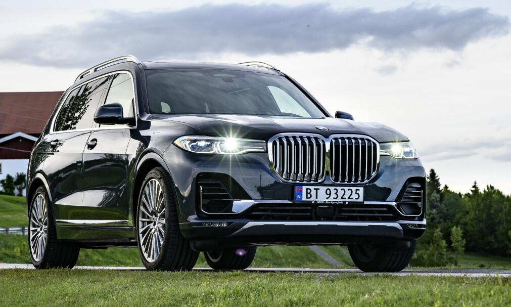 STOR PLUGG: SUV er nåtidens limousine, og endelig har BMW en sværing i markedet. Praktisk er den også. Foto: Jamieson Pothecary