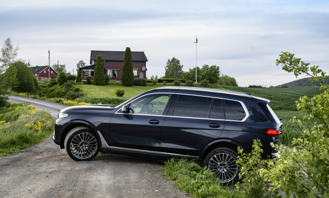 HØY: Dette er ikke SUV men SAV, ifølge Mercedes. Men du kan heve karosseriet til 22,1 cm bakkeklaring, noe som vil hjelpe deg frem på forholdsvis dårlige veier uten å ødelegge undersiden på bilen. Foto: Jamieson Pothecary