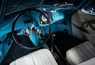 ENKELT: Interiøret er mer eller mindre urørt og framstår slik det gjorde, fra da bilen var ny i 1939. Foto: RM Sotheby's