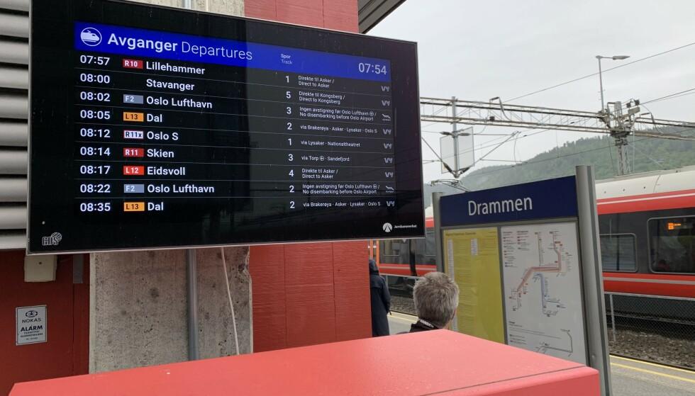 NYTT DESIGN: Bane NOR har oppdatert designet på informasjonsskjermene ved togstasjonene landet rundt. Foto: Martin Kynningsrud Størbu