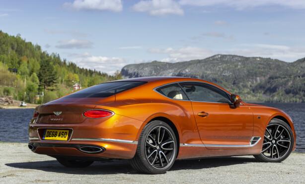 HEFTIG HEKK: Legg merke til eksospottene, som er formet likt baklyktene. Det er denne detaljestyringen fra Bentley som gjør Continental GT så spesiell. Foto: Jamieson Pothecary